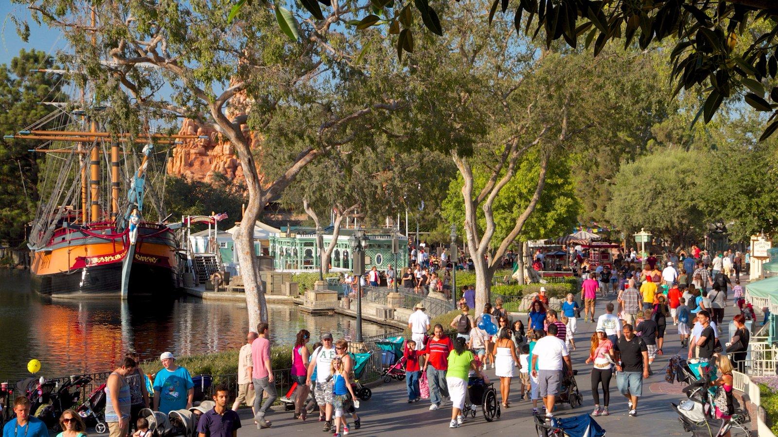 Parque Disneyland® caracterizando passeios assim como um grande grupo de pessoas
