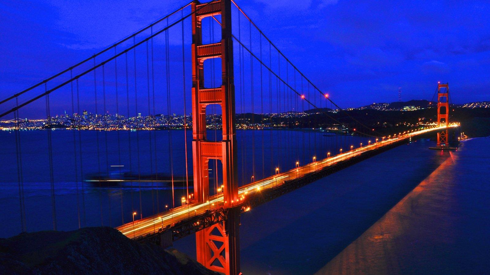 Golden Gate Bridge caracterizando paisagens litorâneas, uma baía ou porto e cenas noturnas