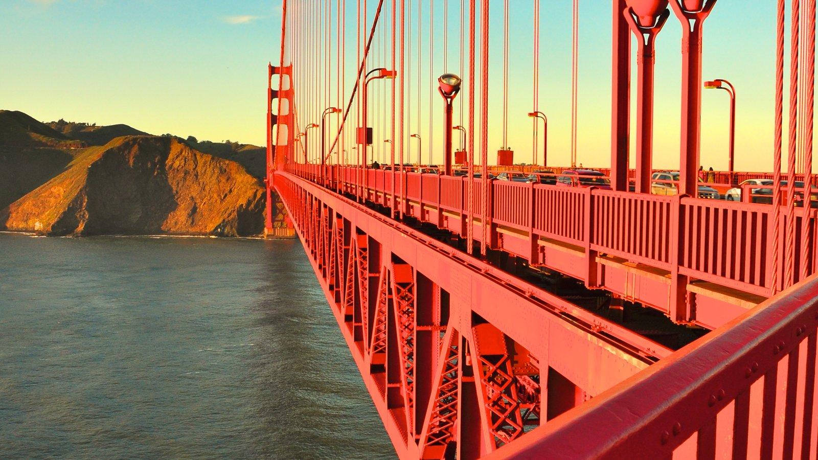 Golden Gate Bridge mostrando uma ponte e paisagens litorâneas