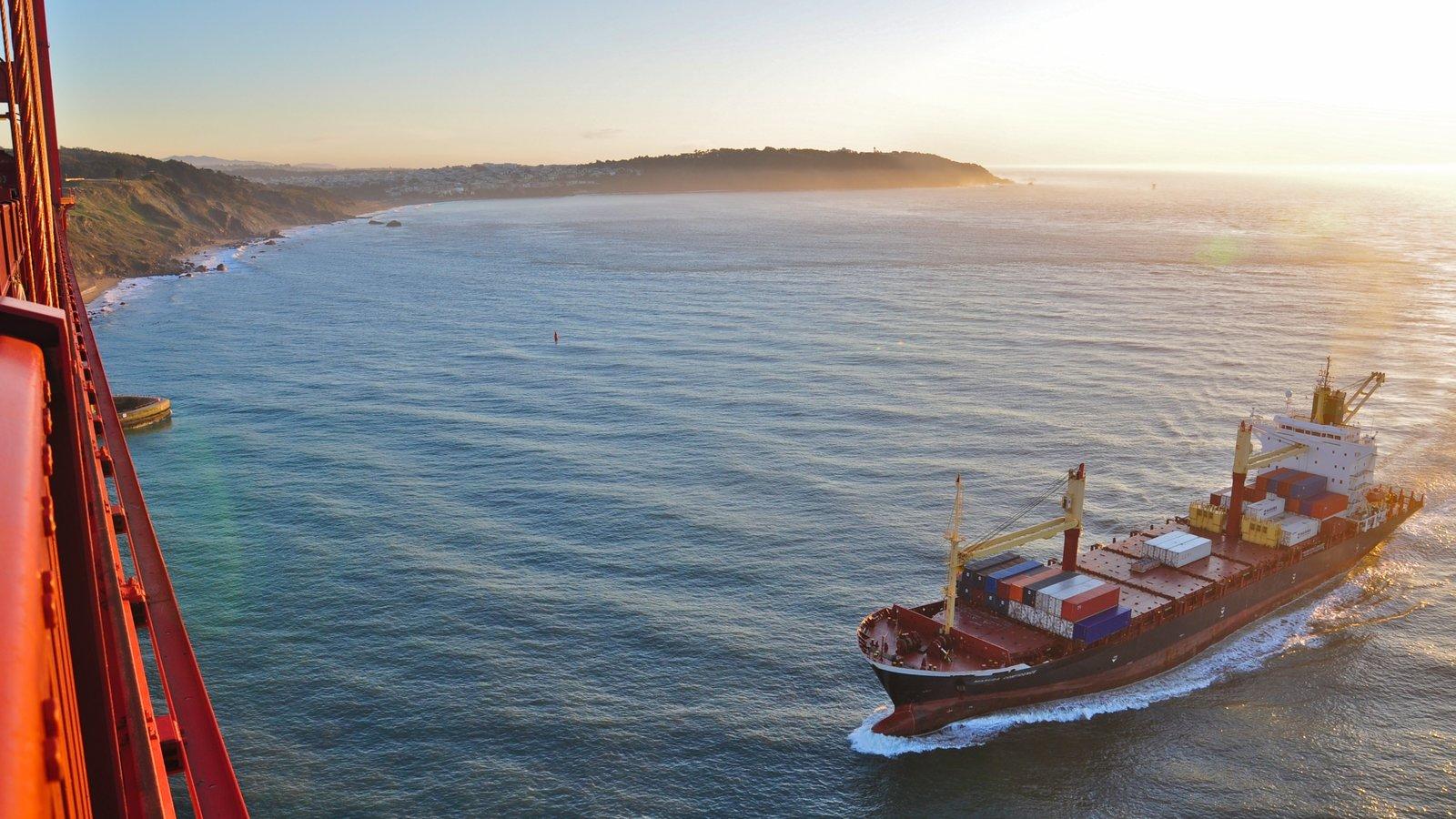 Golden Gate Bridge que inclui paisagem, canoagem e paisagens litorâneas