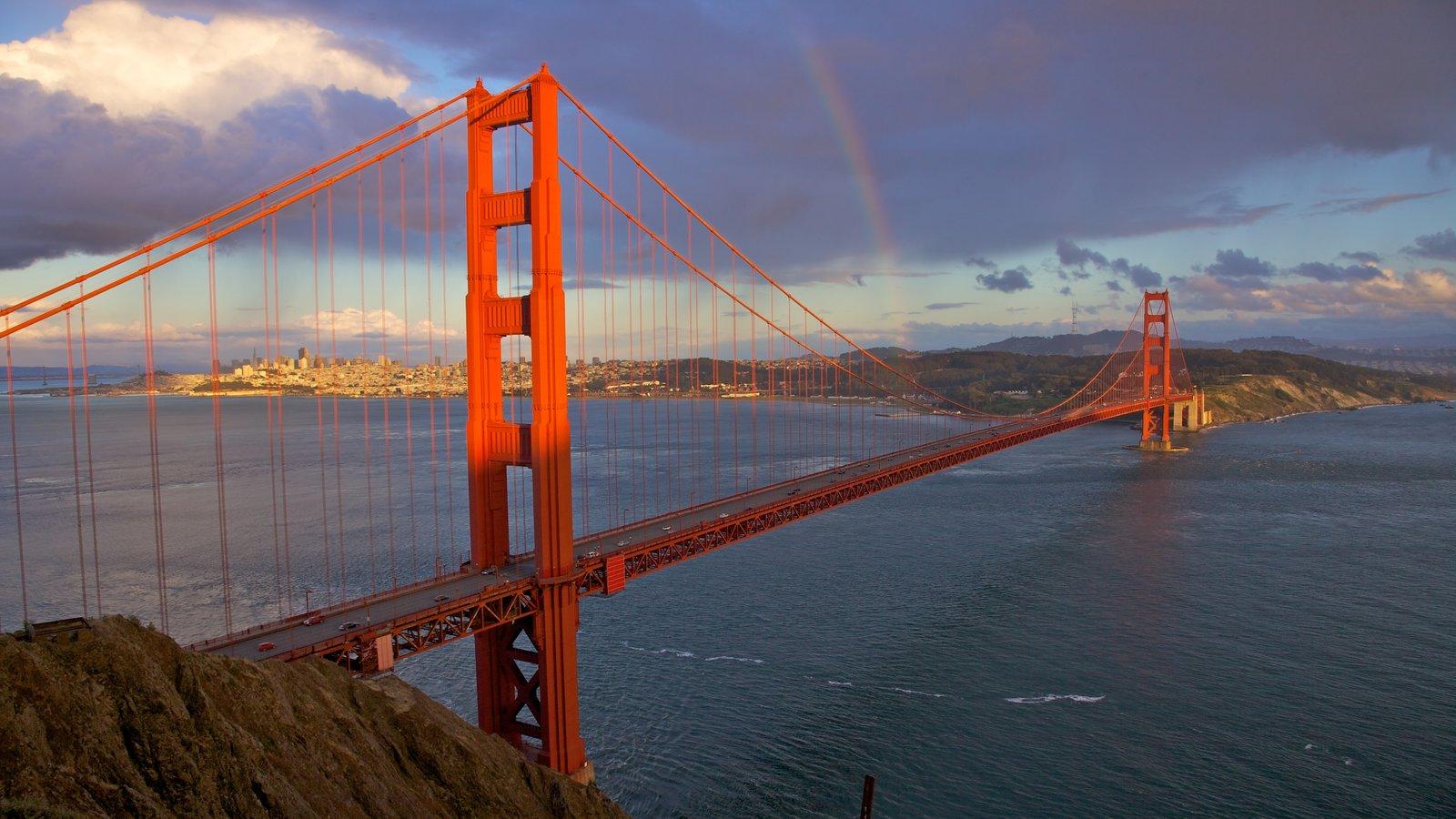 Golden Gate Bridge caracterizando uma ponte, paisagens litorâneas e paisagem