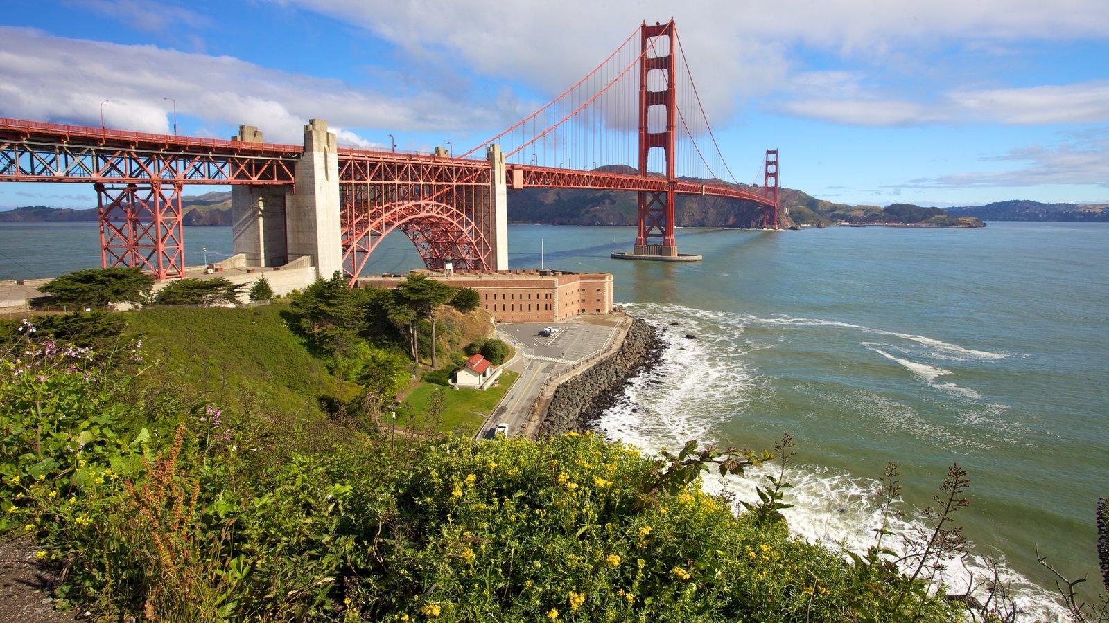 Golden Gate Bridge caracterizando uma ponte, paisagem e paisagens litorâneas