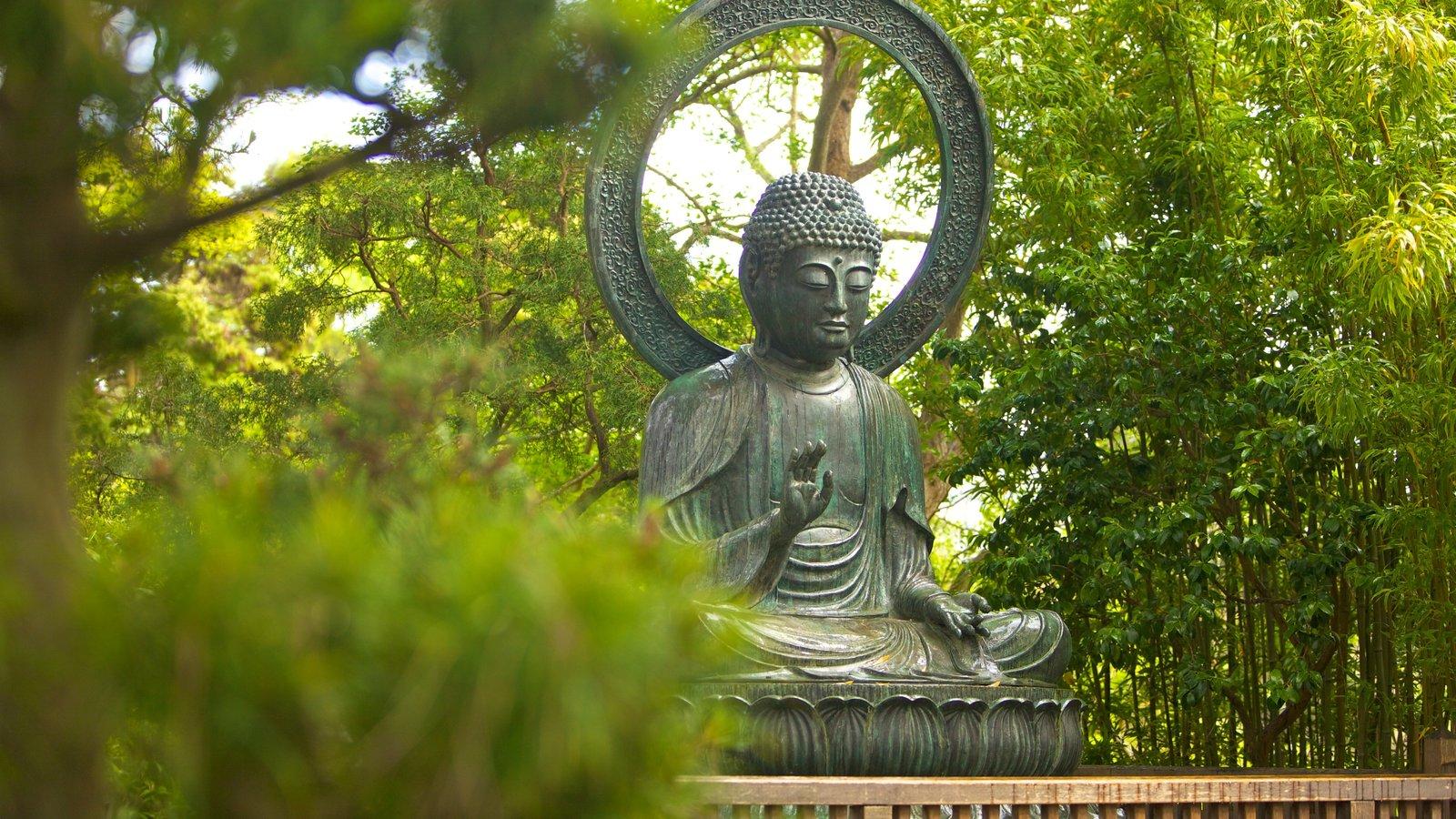 Japanese Tea Garden caracterizando elementos religiosos, arte ao ar livre e um jardim
