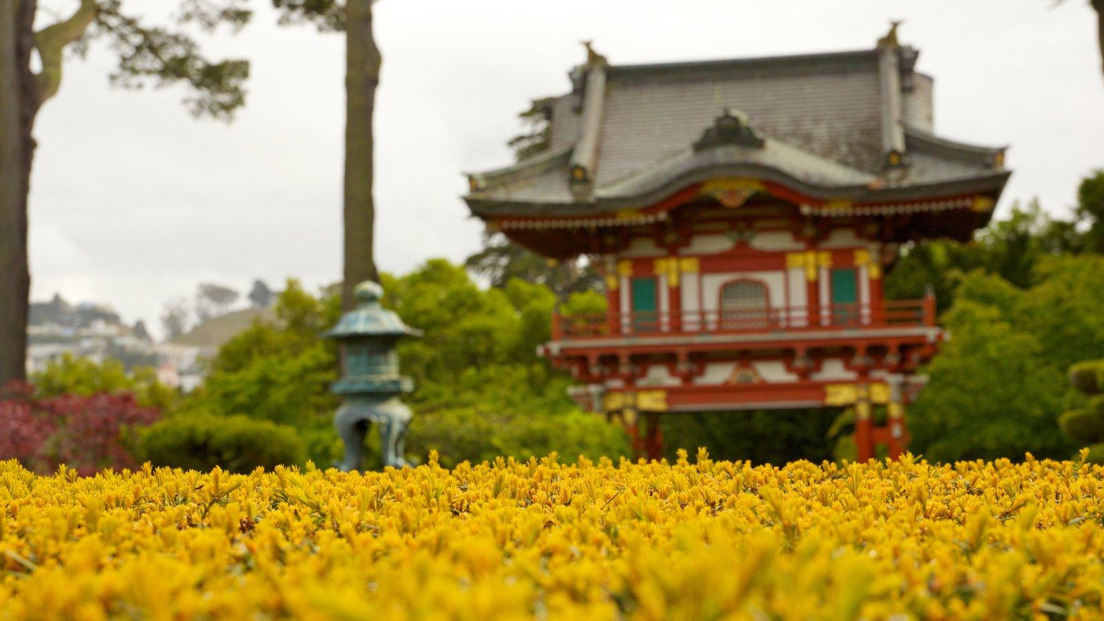 Japanese Tea Garden mostrando arquitetura de patrimônio, flores e um templo ou local de adoração