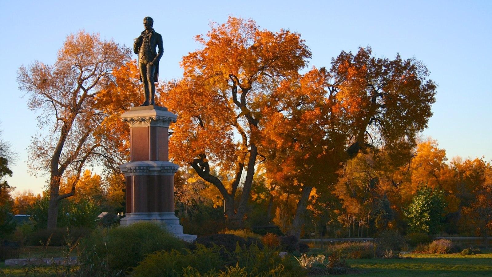 City Park caracterizando um monumento, uma estátua ou escultura e um parque