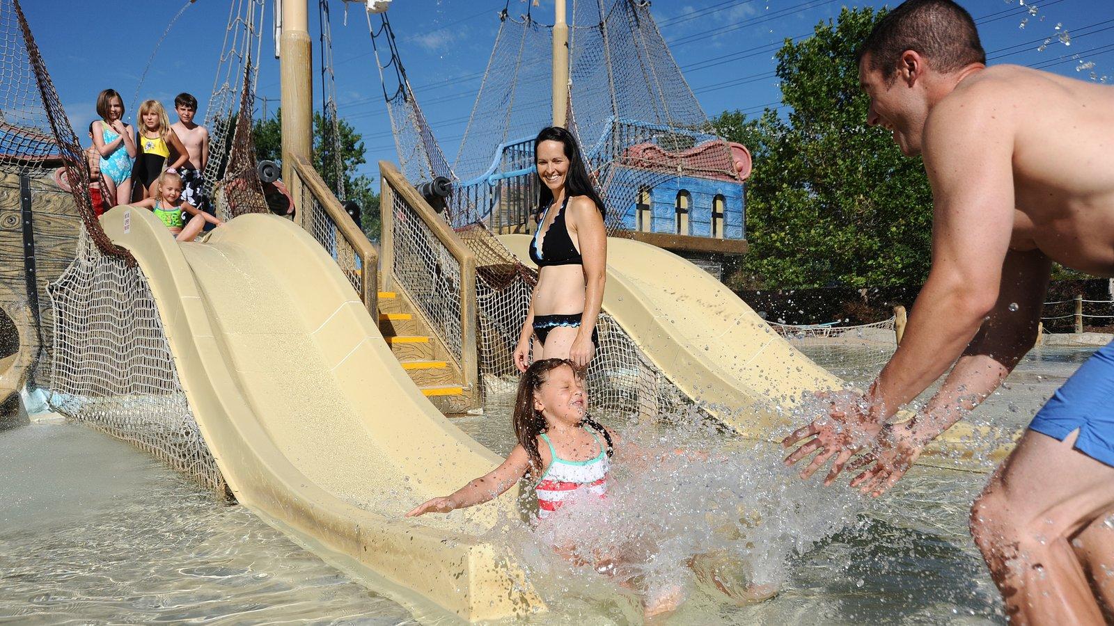 Elitch Gardens Theme Park caracterizando passeios e um parque aquático assim como uma família