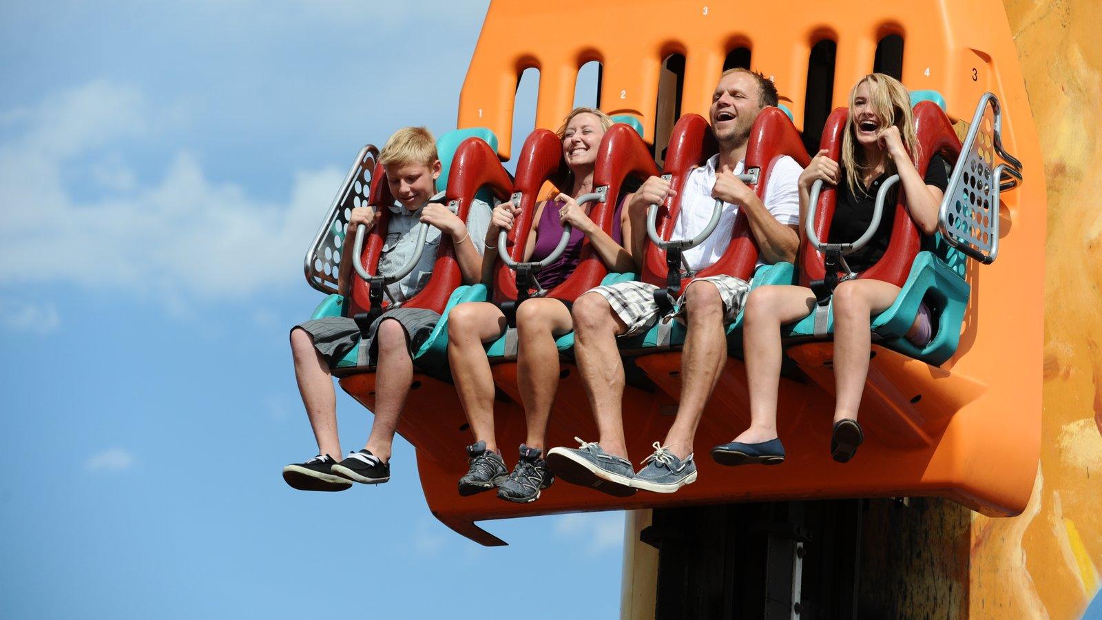 Elitch Gardens Theme Park caracterizando passeios assim como uma família