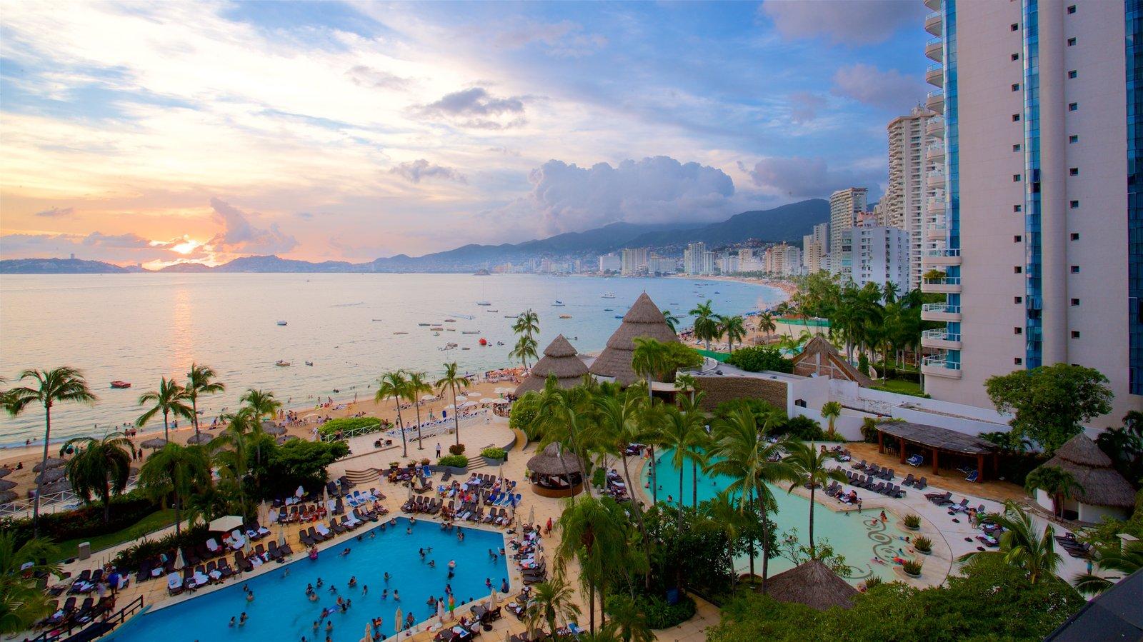 México mostrando un hotel o resort de lujo, una alberca y vistas generales de la costa