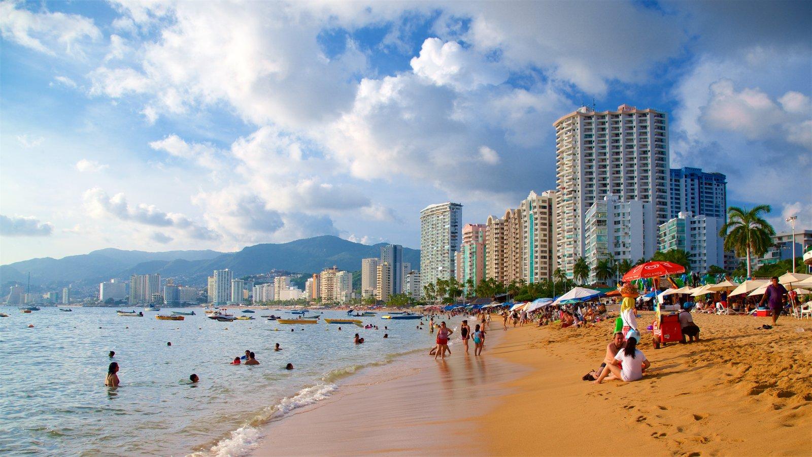 Personas disfrutando del sol en Playa Icacos en Acapulco
