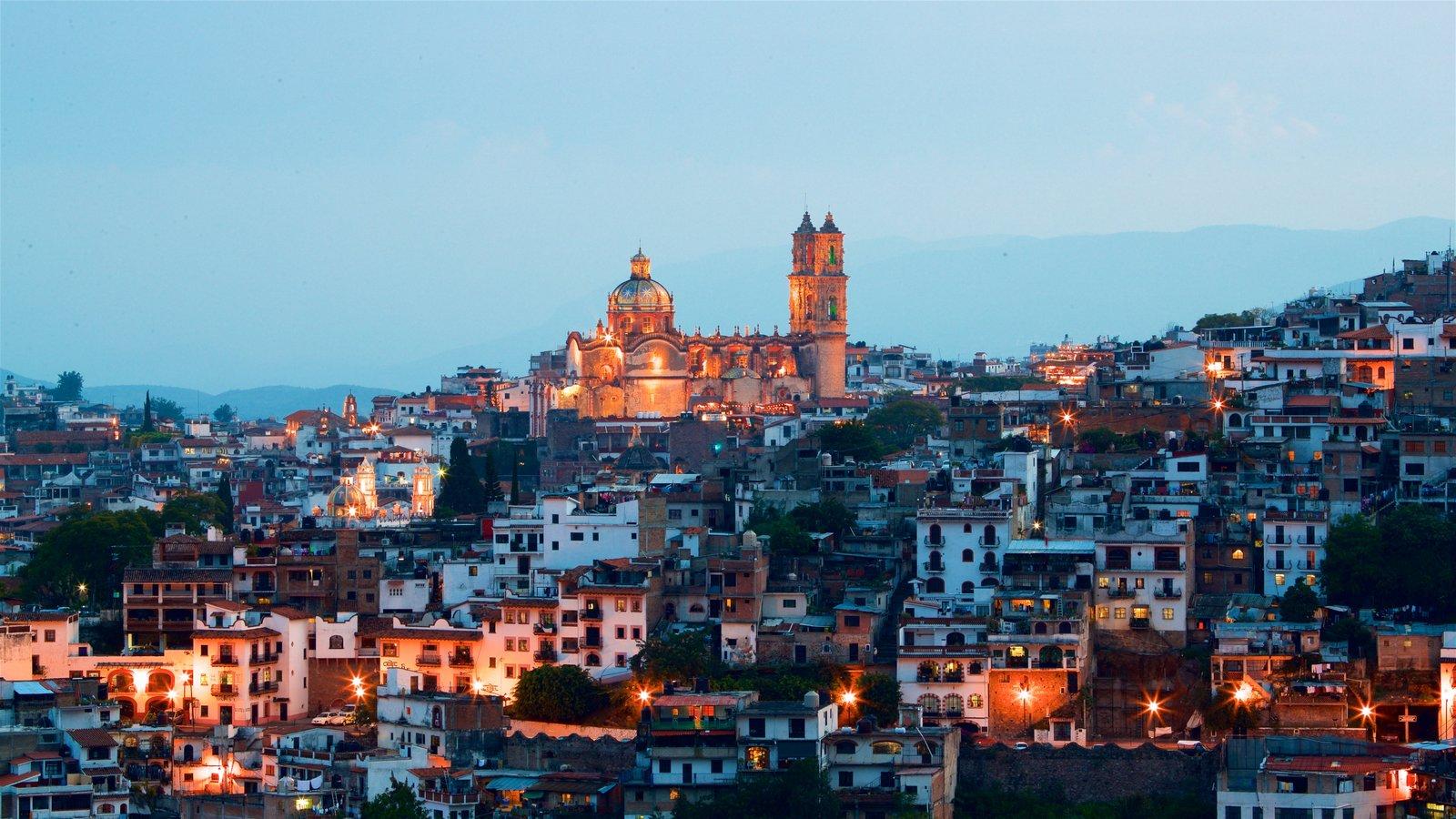 Catedral Santa Prisca que incluye una puesta de sol, una ciudad y vistas de paisajes