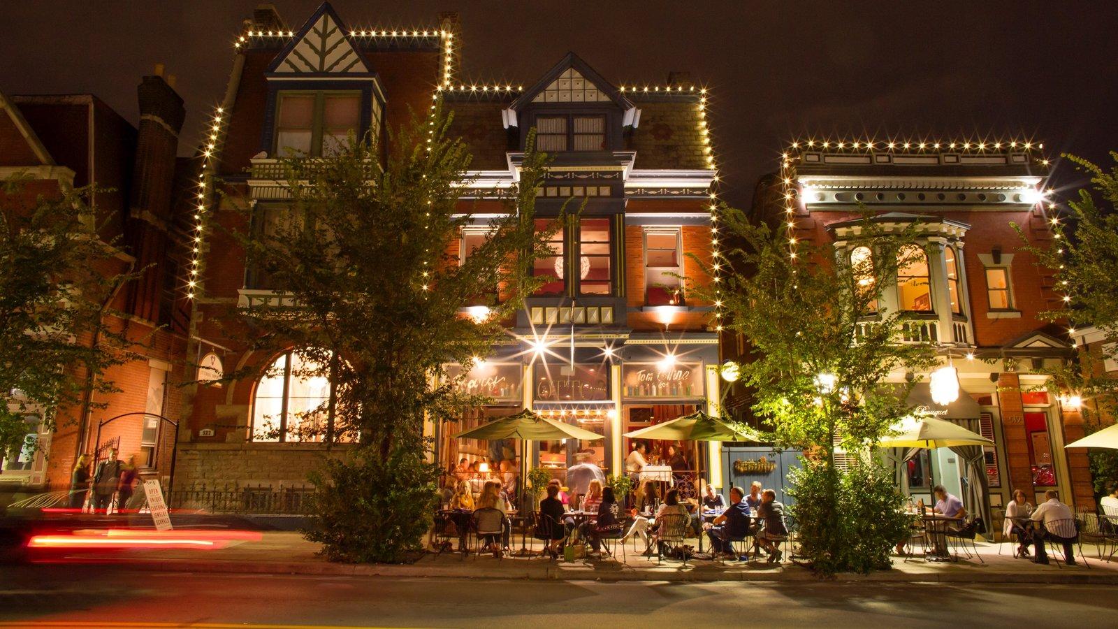 MainStrasse Village mostrando cenas noturnas e jantar ao ar livre assim como um pequeno grupo de pessoas