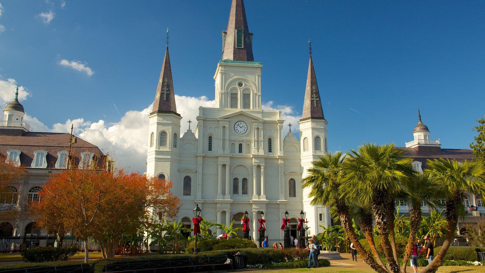 Saint Louis Cathedral caracterizando uma igreja ou catedral, uma cidade e elementos religiosos