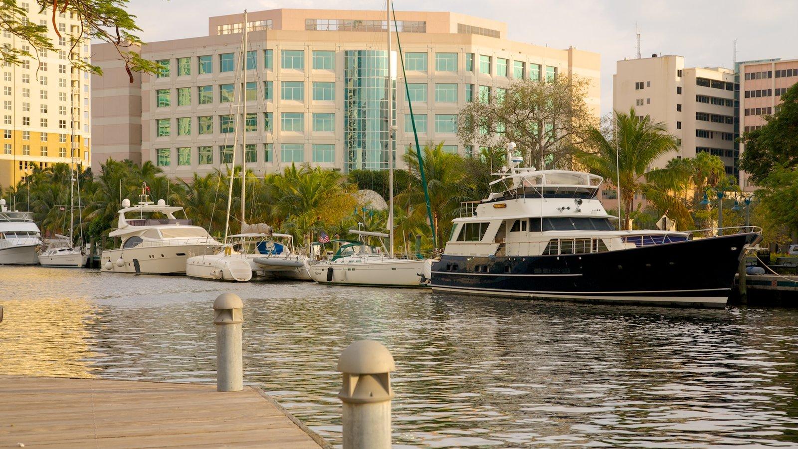 Riverwalk ofreciendo paseos en lancha, distrito financiero central y una bahía o puerto