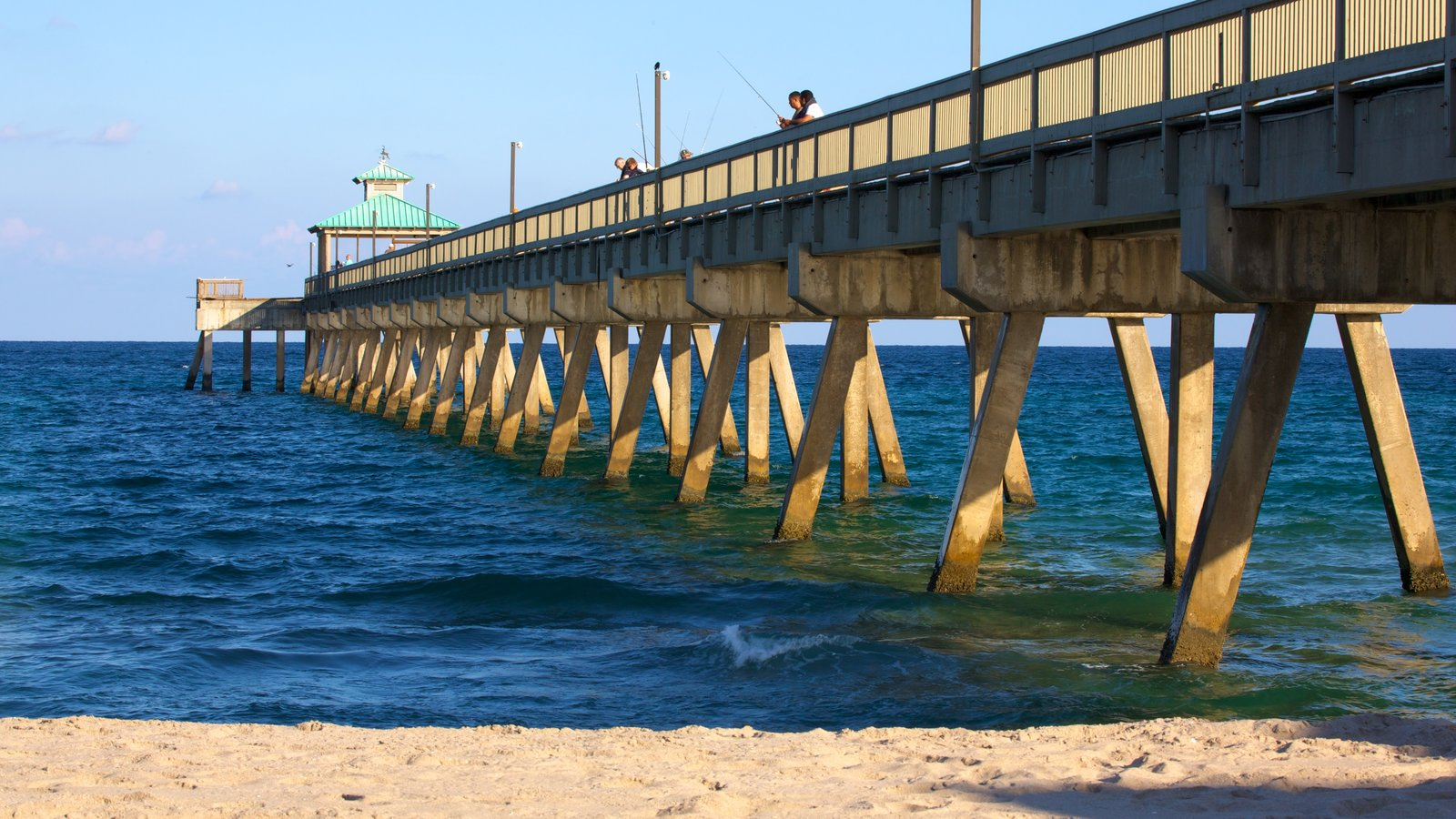 Deerfield Beach Pier showing a sandy beach