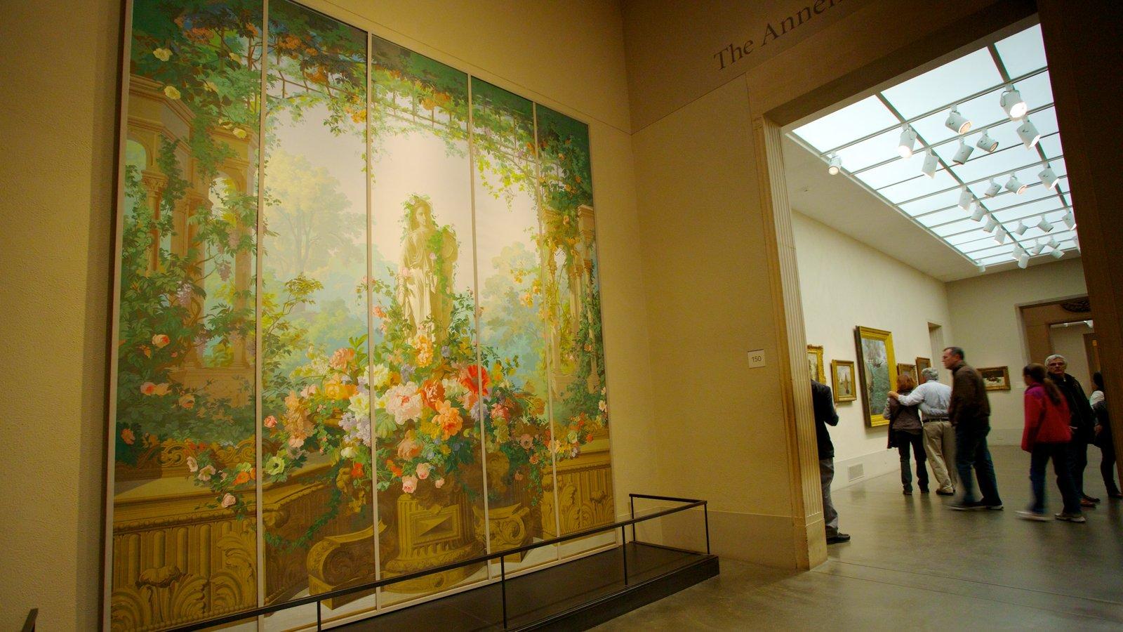 Museu de Arte mostrando vistas internas e arte assim como um pequeno grupo de pessoas
