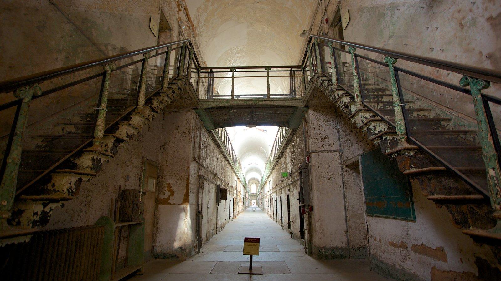 Eastern State Penitentiary mostrando vistas interiores