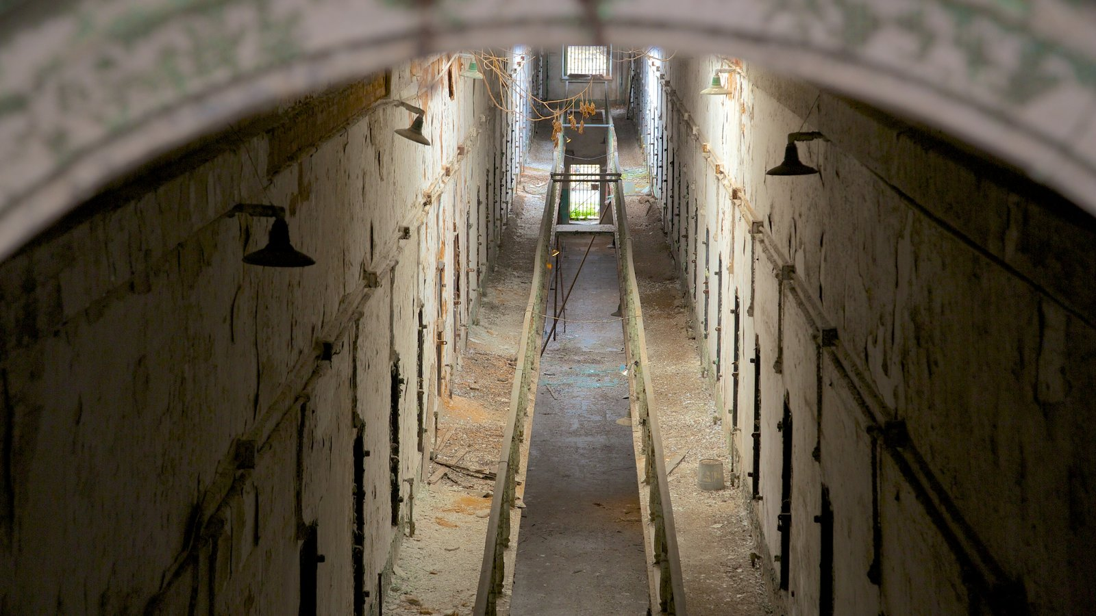Eastern State Penitentiary ofreciendo vistas interiores