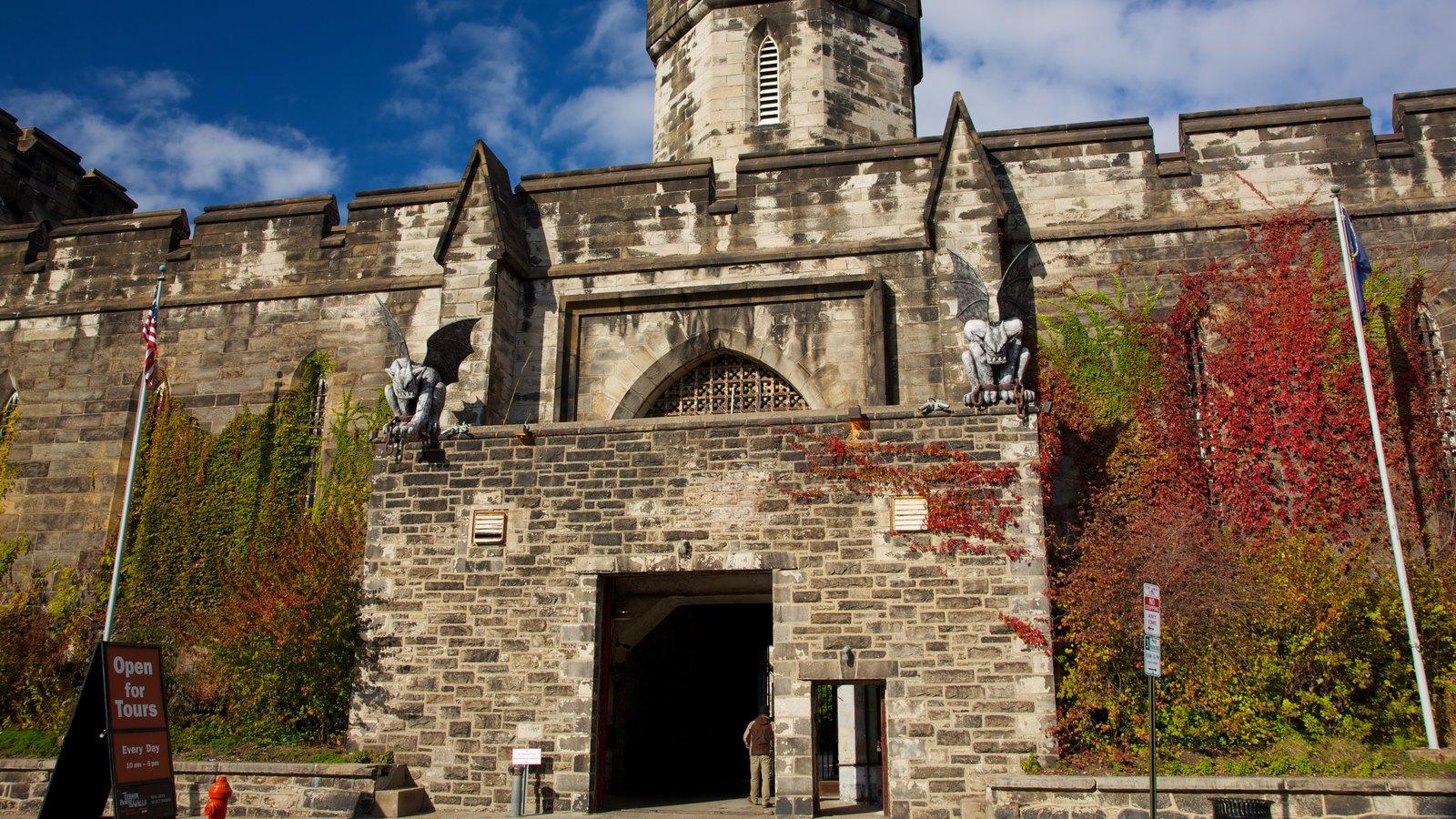 Eastern State Penitentiary que inclui arquitetura de patrimônio e cores do outono