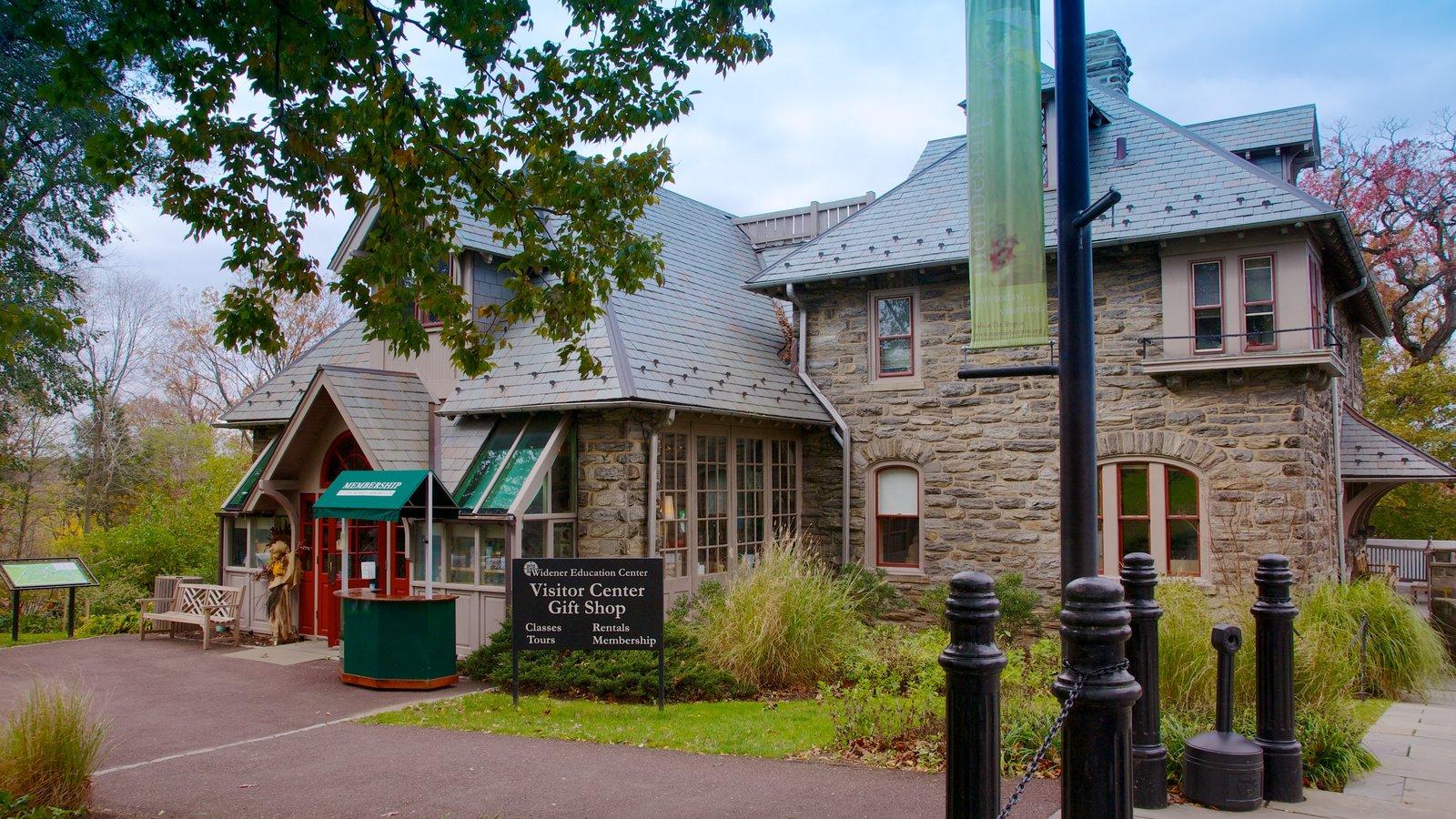 Morris Arboretum que incluye compras y una pequeña ciudad o pueblo