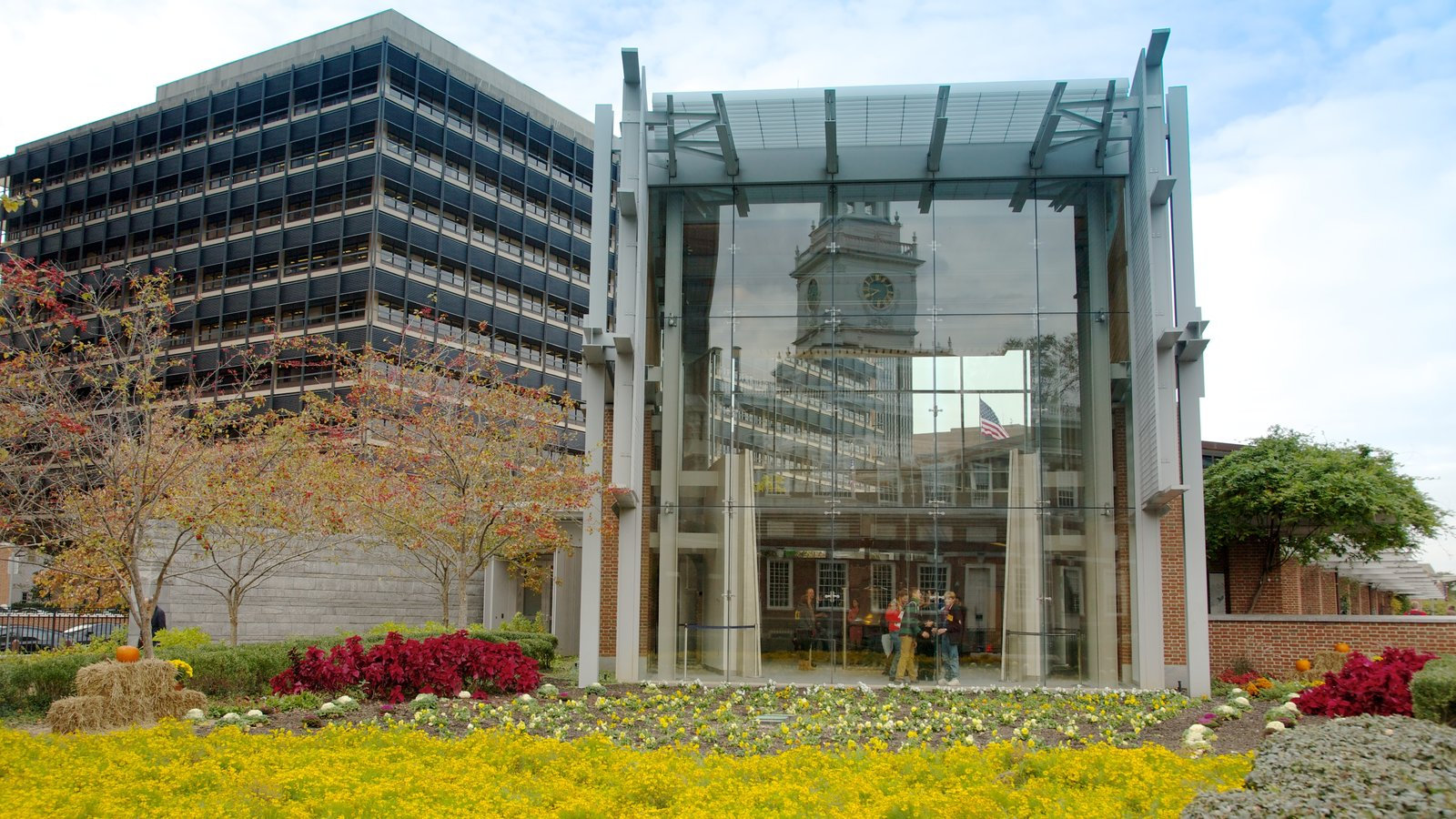 Liberty Bell Center caracterizando flores e uma cidade
