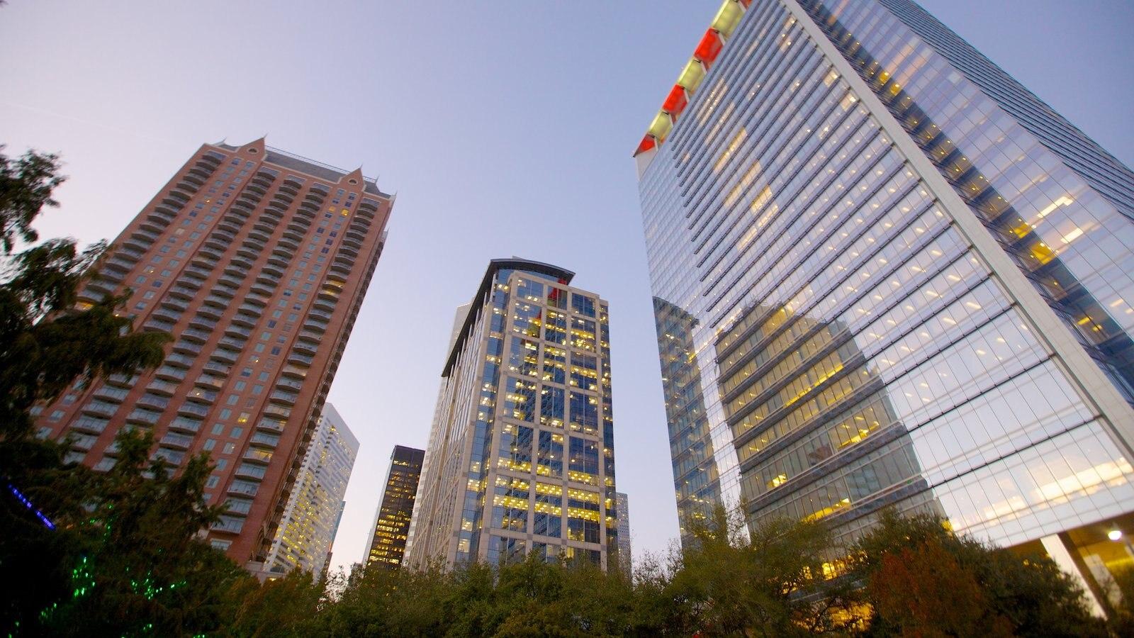 Discovery Green que inclui arquitetura moderna, paisagens da cidade e um edifício
