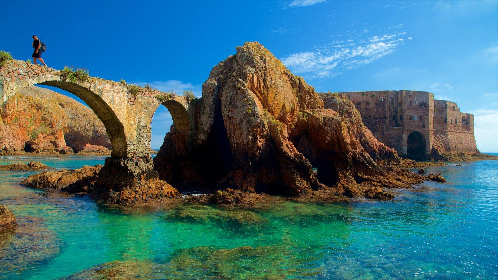 Isla de Berlenga mostrando elementos del patrimonio, costa rocosa y vistas generales de la costa