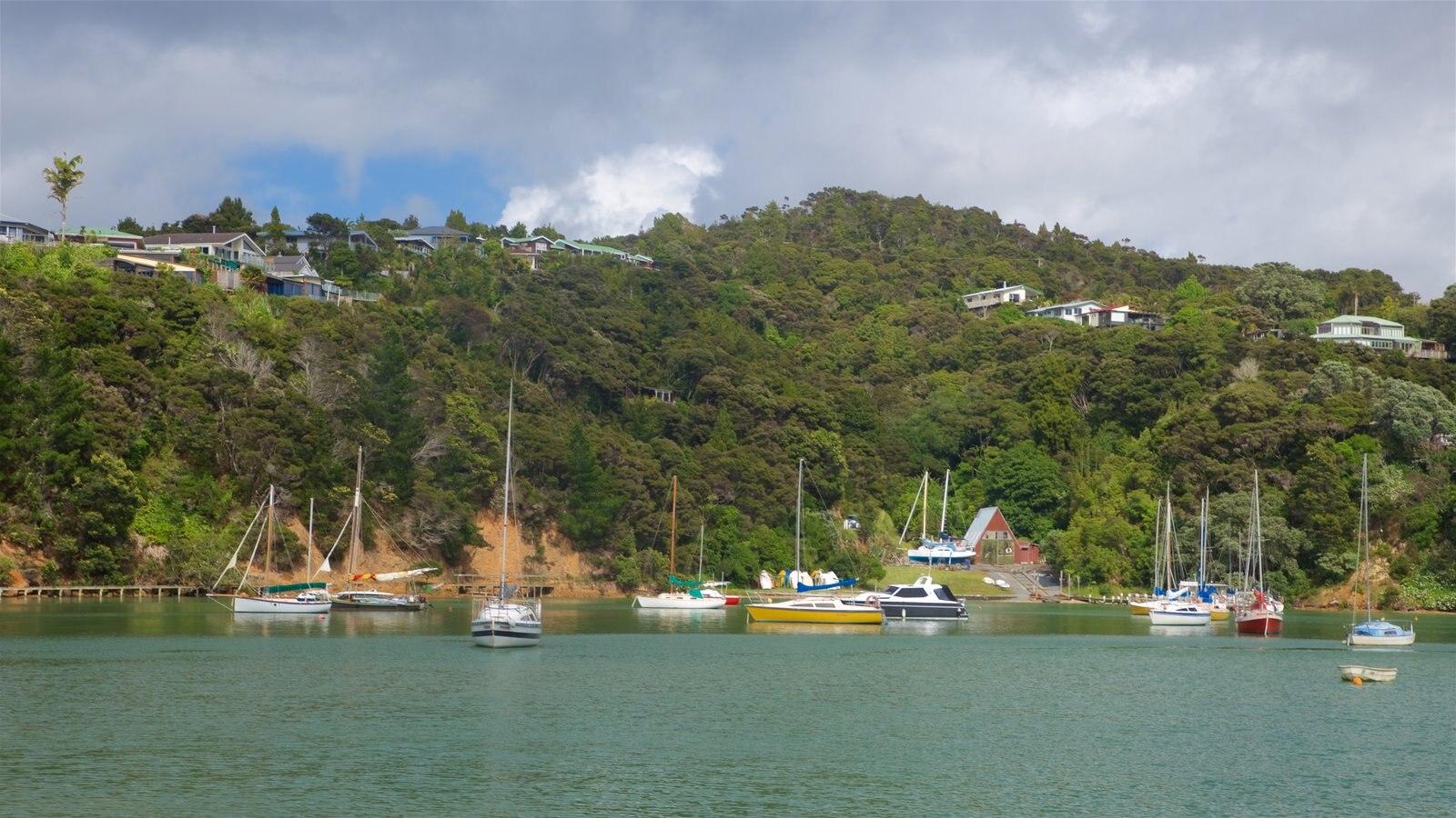 Okiato que incluye escenas tranquilas y una bahía o puerto