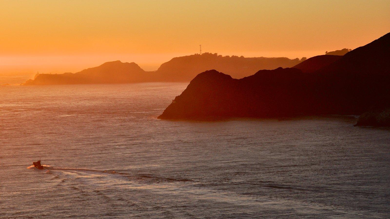 Golden Gate Bridge mostrando um rio ou córrego, um pôr do sol e canoagem