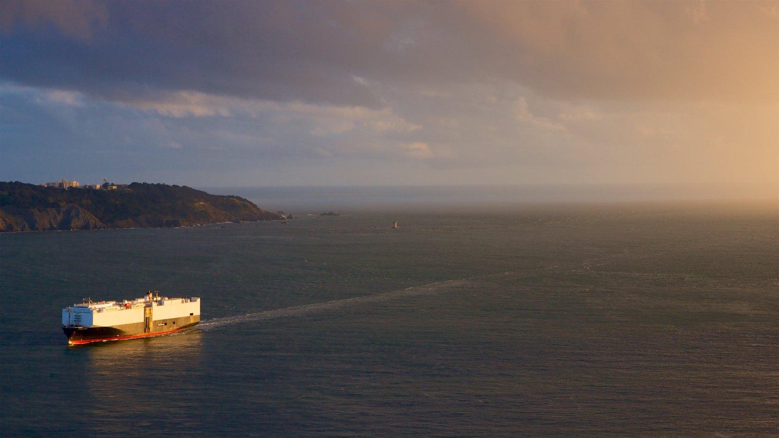 Golden Gate Bridge mostrando uma balsa, paisagens litorâneas e um pôr do sol
