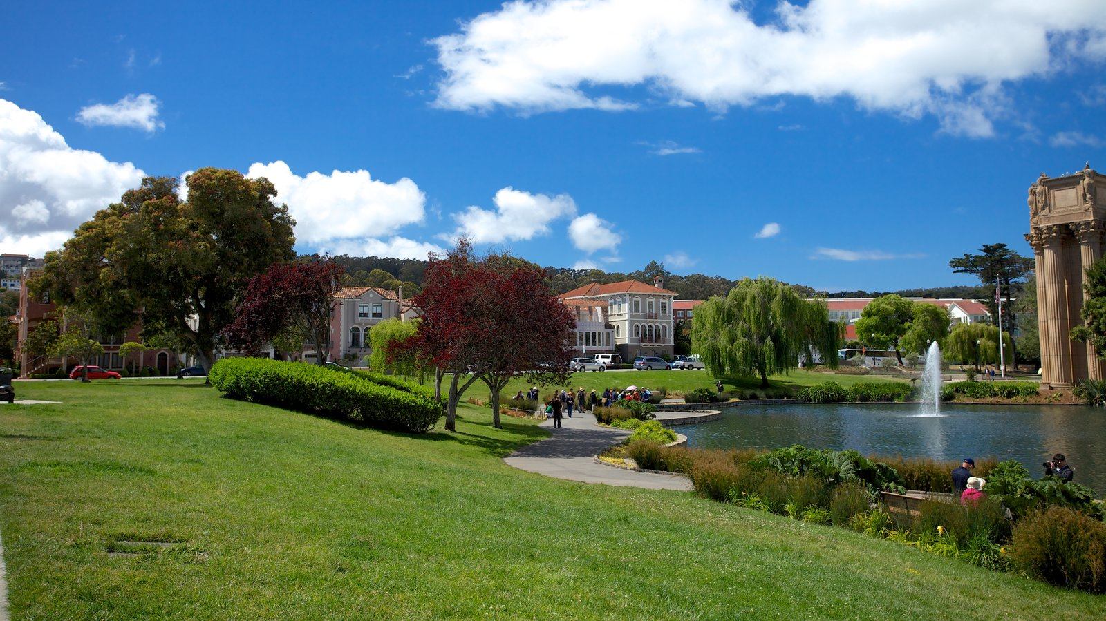 Palace of Fine Arts featuring a garden, a lake or waterhole and a fountain