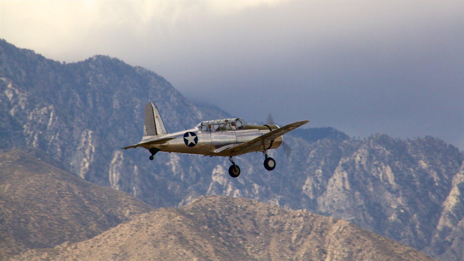 Museo Aeronáutico de Palm Springs ofreciendo elementos del patrimonio, una aeronave y montañas
