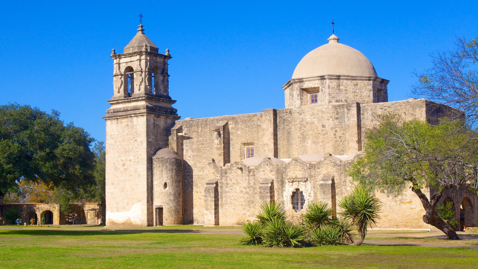 San Antonio Missions National Park showing a garden, chateau or palace and religious aspects