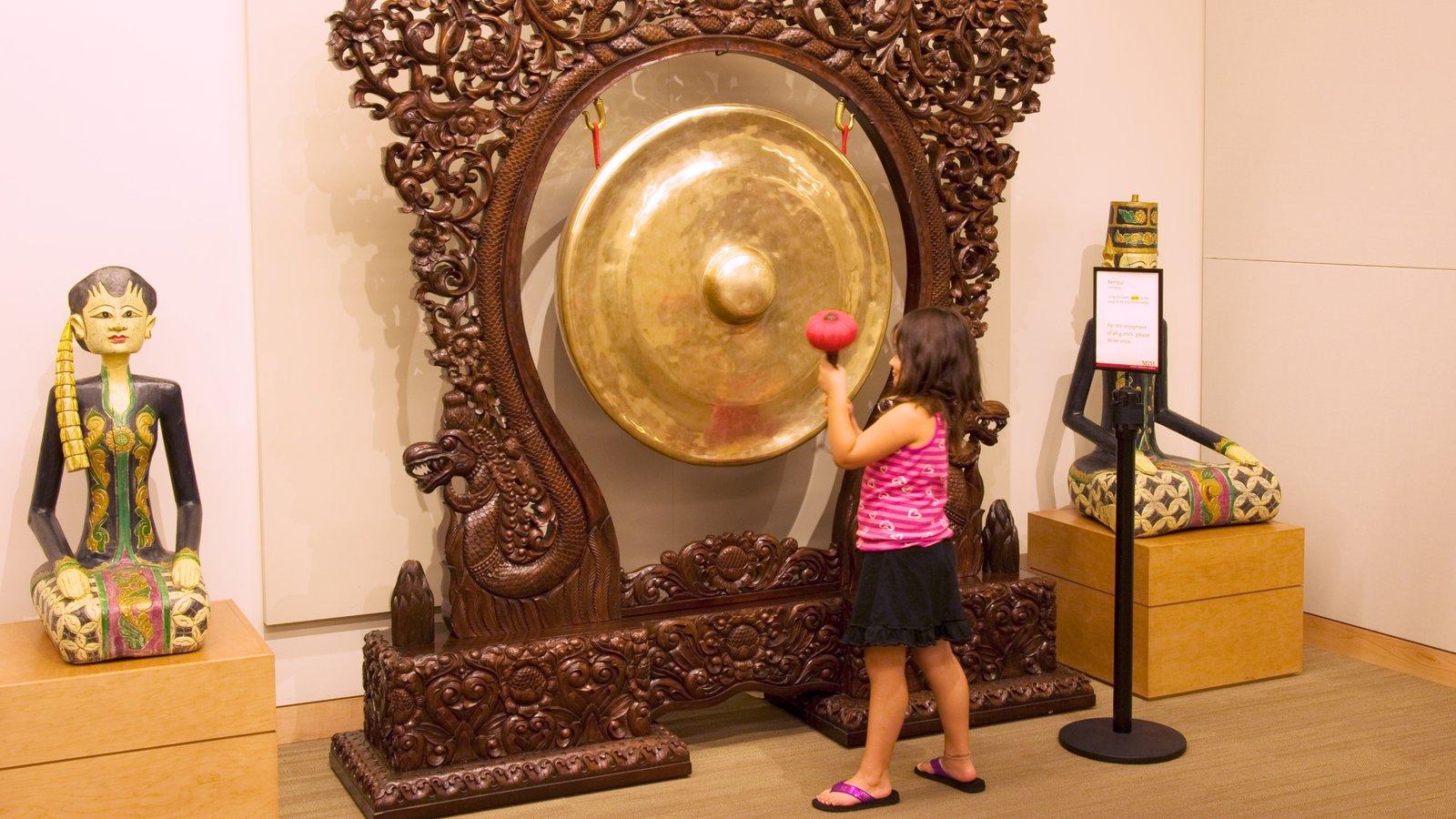 Museu dos Instrumentos Musicais caracterizando vistas internas assim como uma criança sozinha