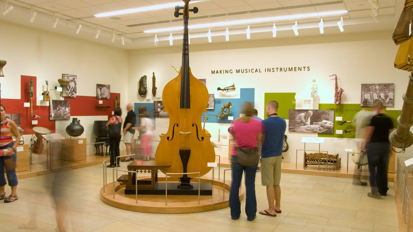 Museu dos Instrumentos Musicais que inclui vistas internas assim como um pequeno grupo de pessoas