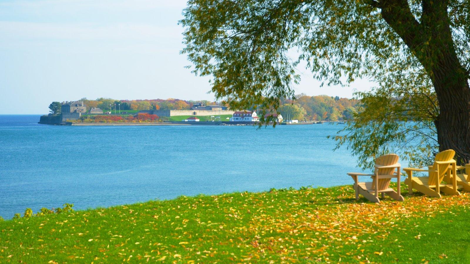 Niagara-on-the-Lake que inclui uma cidade litorânea e paisagem