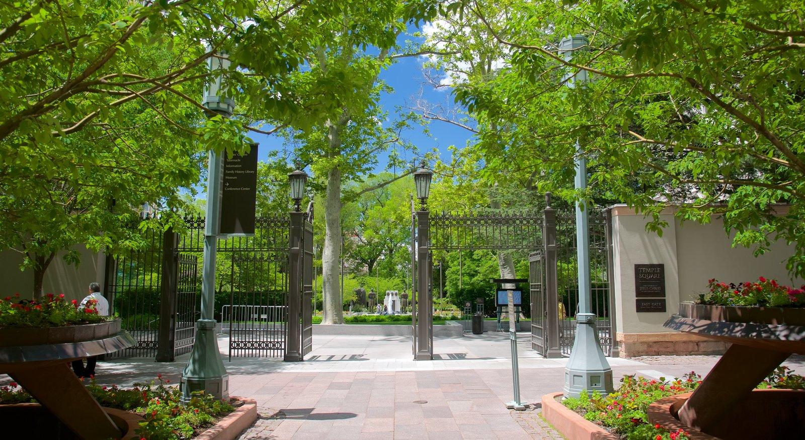 Temple Square que incluye un parque y flores