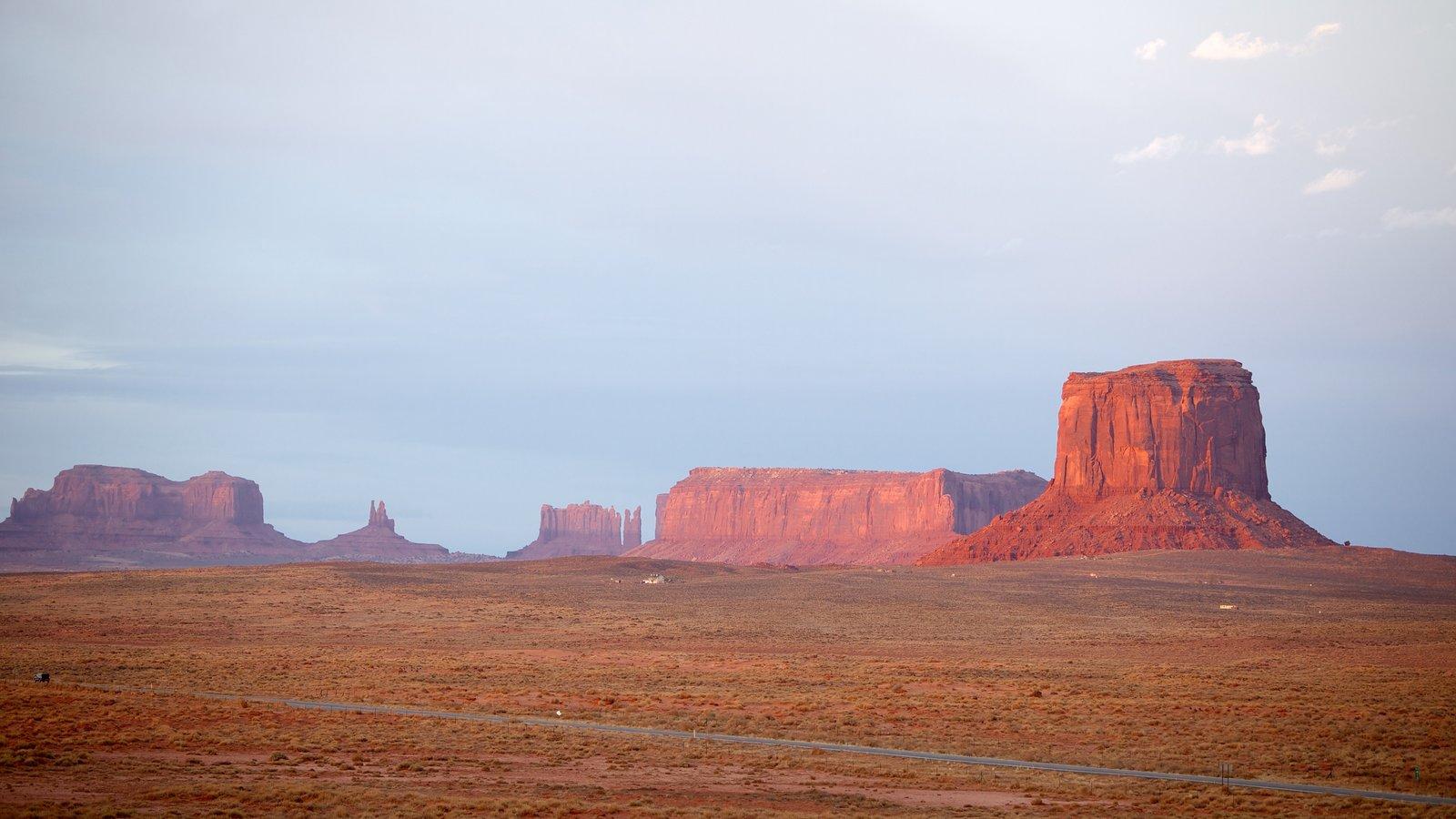 Monument Valley ofreciendo un barranco o cañón, vistas de paisajes y escenas tranquilas