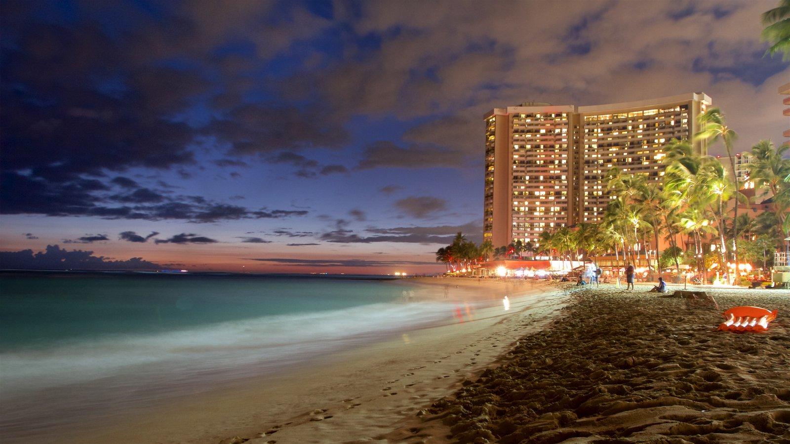 Waikiki Beach mostrando escenas nocturnas, vistas generales de la costa y una playa