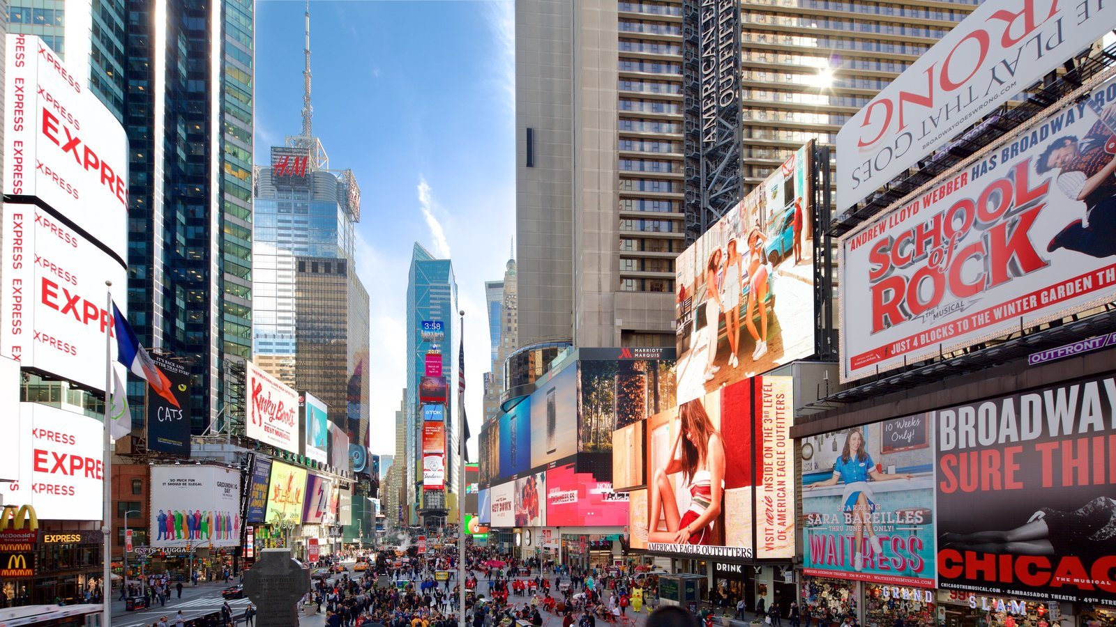 Times Square mostrando uma cidade, sinalização e um arranha-céu
