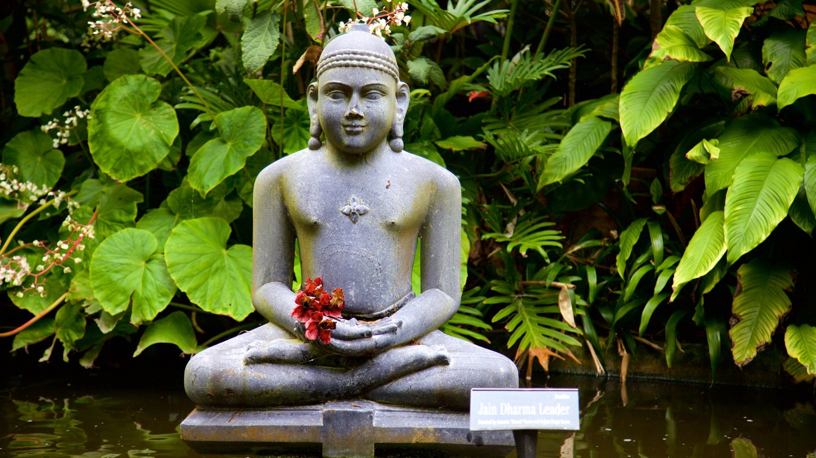 Marie Selby Botanical Gardens showing flowers, a garden and a statue or sculpture
