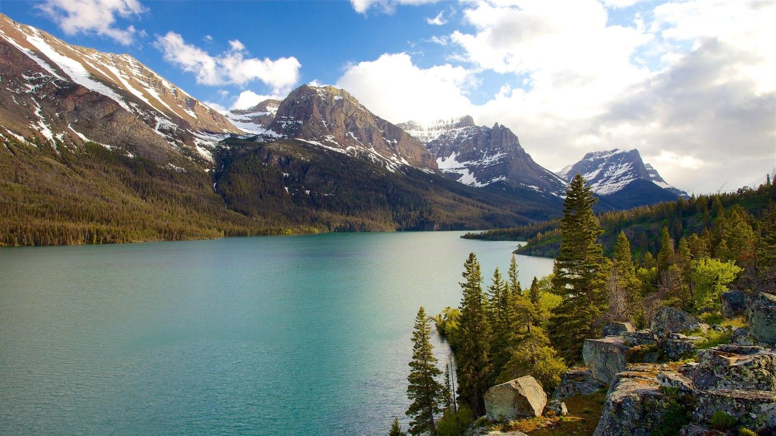St. Mary Lake ofreciendo escenas tranquilas, montañas y vistas de paisajes
