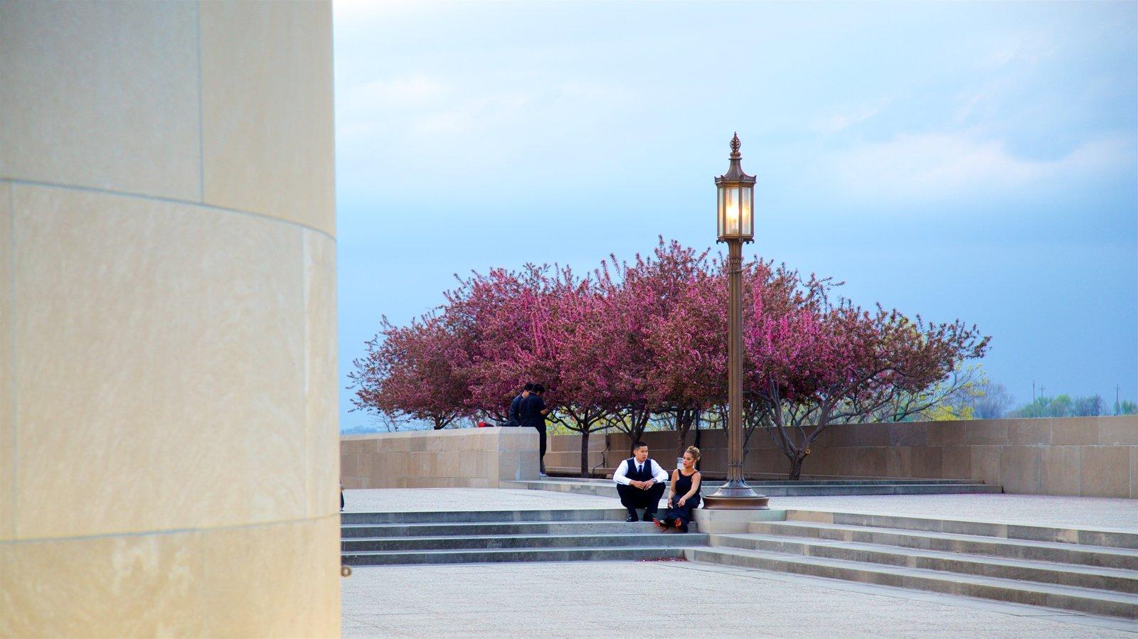 Liberty Memorial que inclui flores silvestres assim como um casal