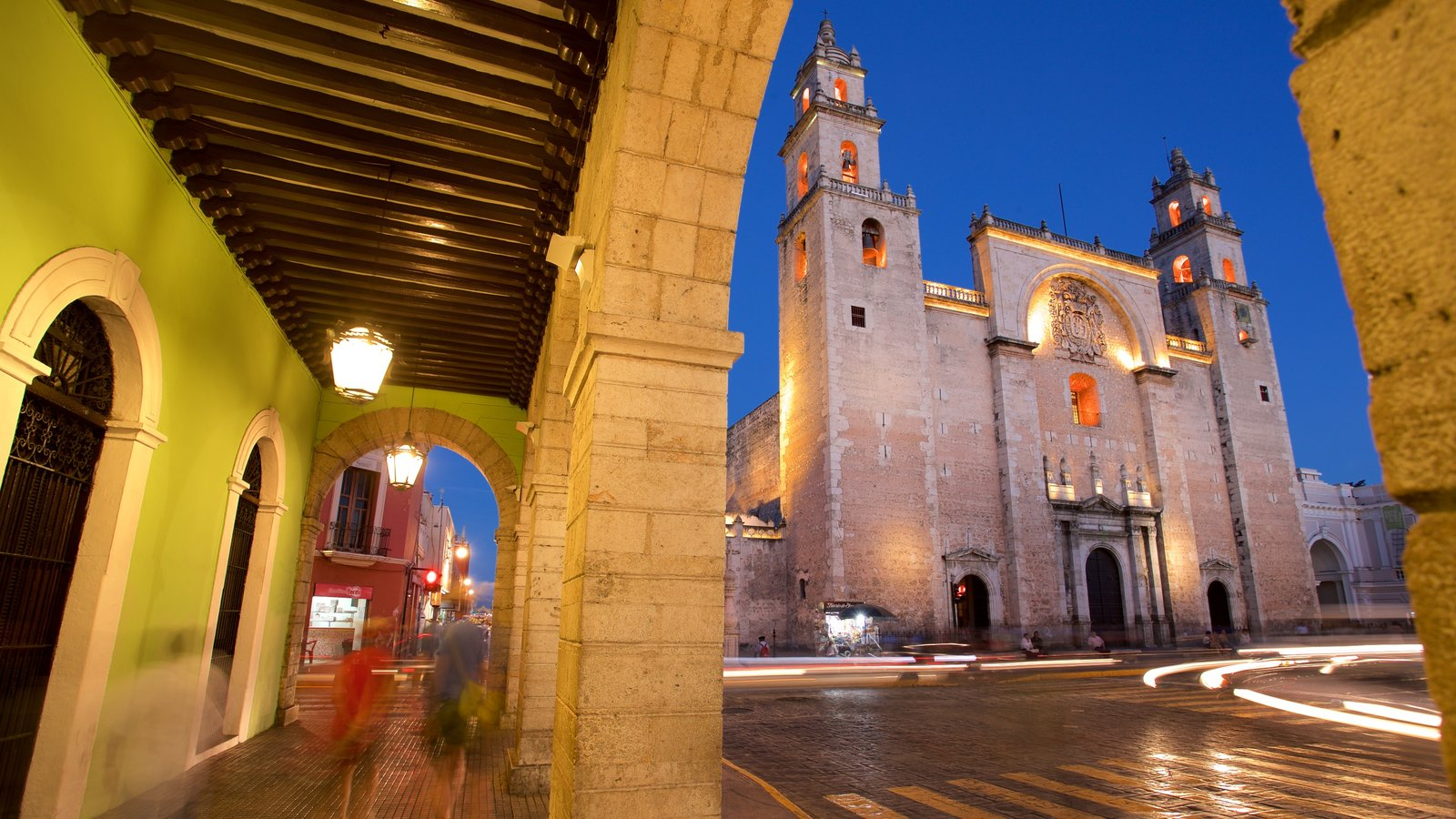 Catedral de Mérida que inclui arquitetura de patrimônio, cenas noturnas e uma igreja ou catedral