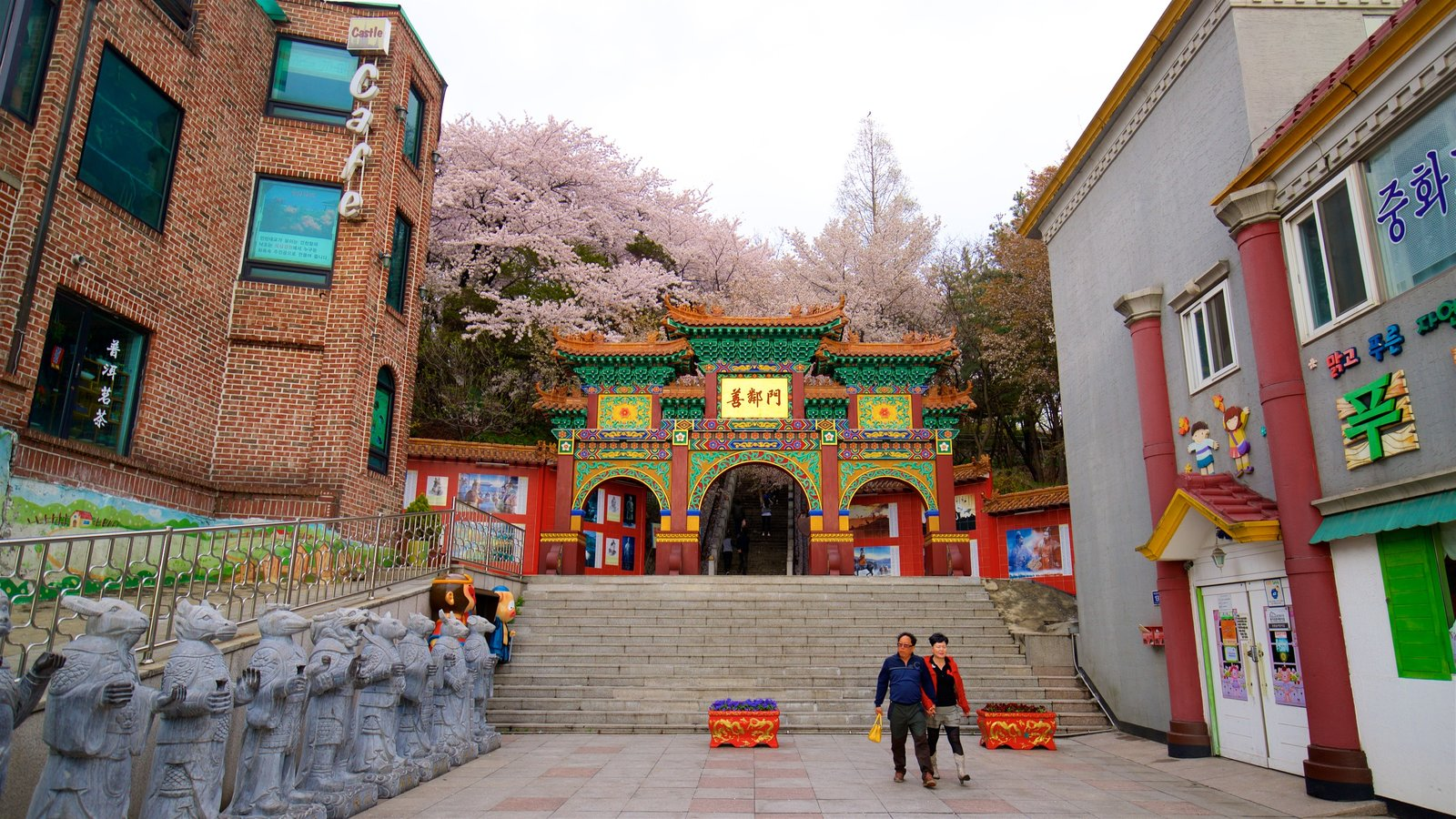 Chinatown showing heritage elements and wildflowers as well as a couple