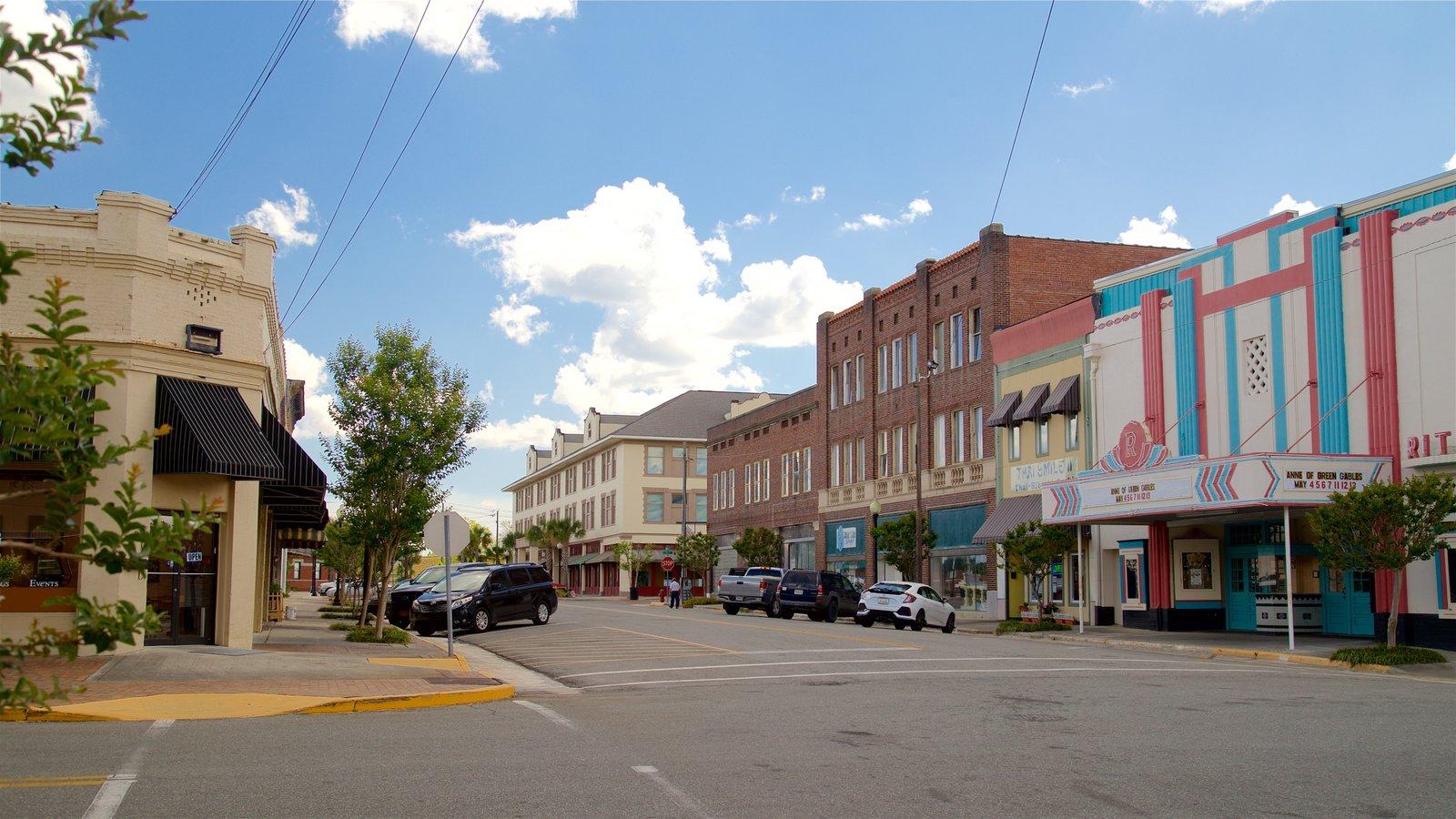 Waycross que incluye una pequeña ciudad o pueblo