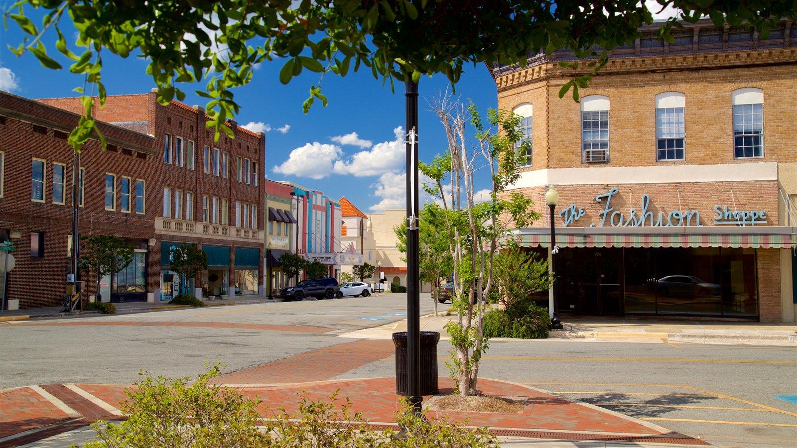 Waycross mostrando una pequeña ciudad o pueblo