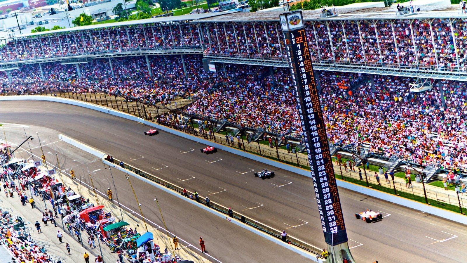 Indianápolis mostrando un evento deportivo y también un gran grupo de personas