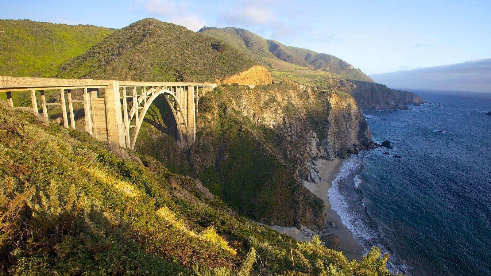 Monterey caracterizando litoral acidentado, uma ponte e montanhas