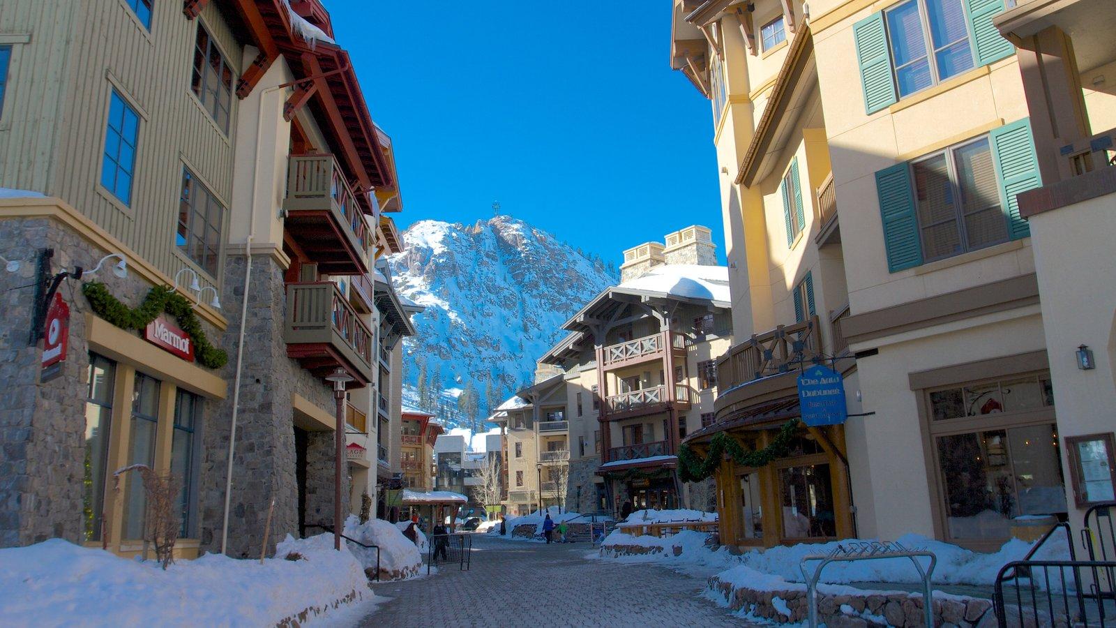 Squaw Valley Resort que incluye escenas urbanas, una ciudad y nieve