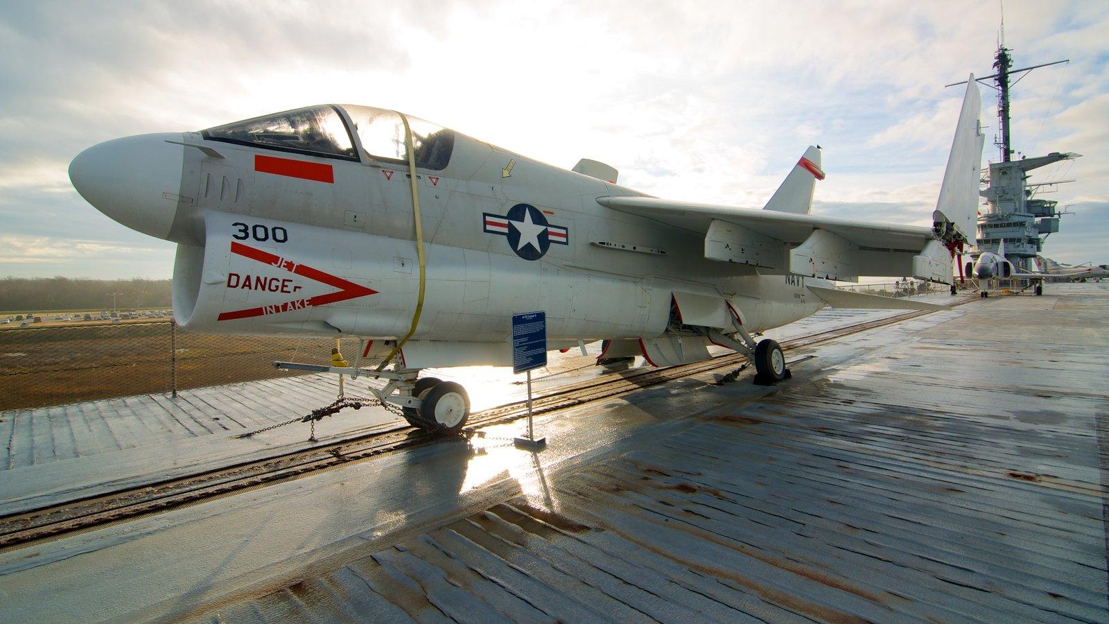 Charleston caracterizando uma marina e aeronave